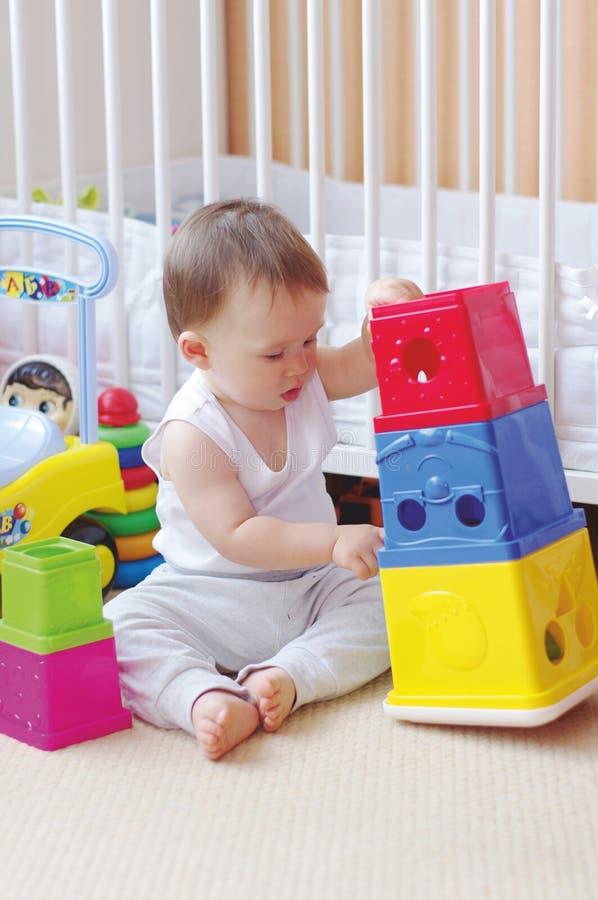 Babyspelen die blokken thuis nestelen royalty-vrije stock foto's