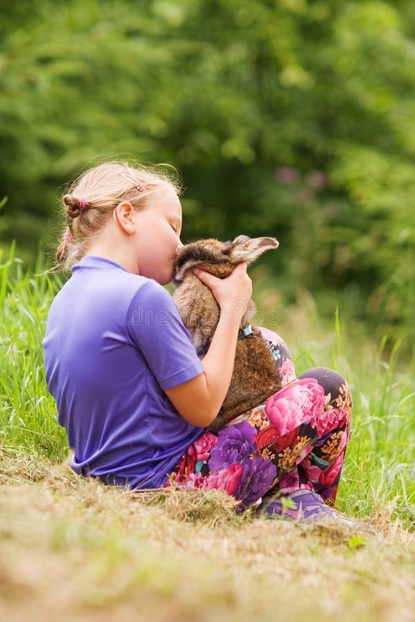 Babyspelen met haar konijn royalty-vrije stock afbeeldingen