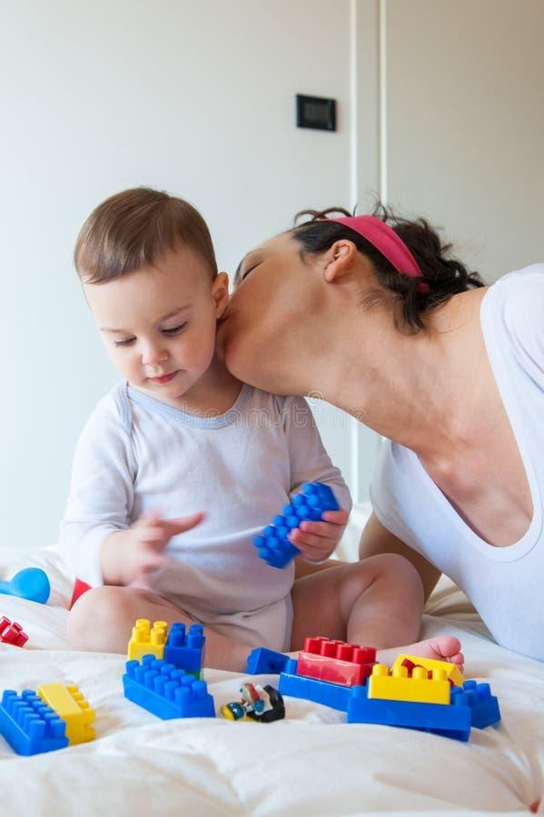 Babyspiele mit lego Ziegelsteinen lizenzfreies stockbild
