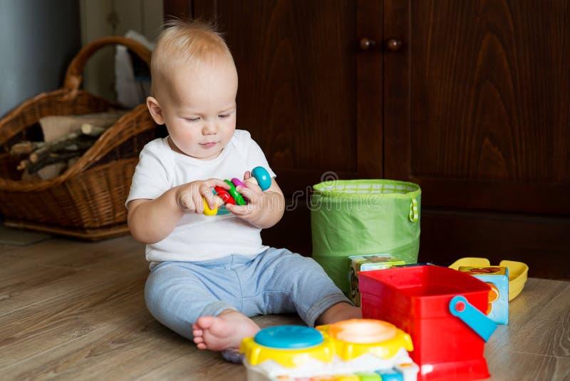 Babyspielen und -entdeckung stockfotos