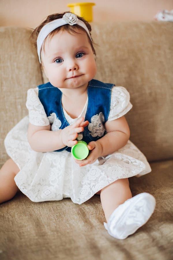 Babyspielen und interessante schauende Kamera stockfotos