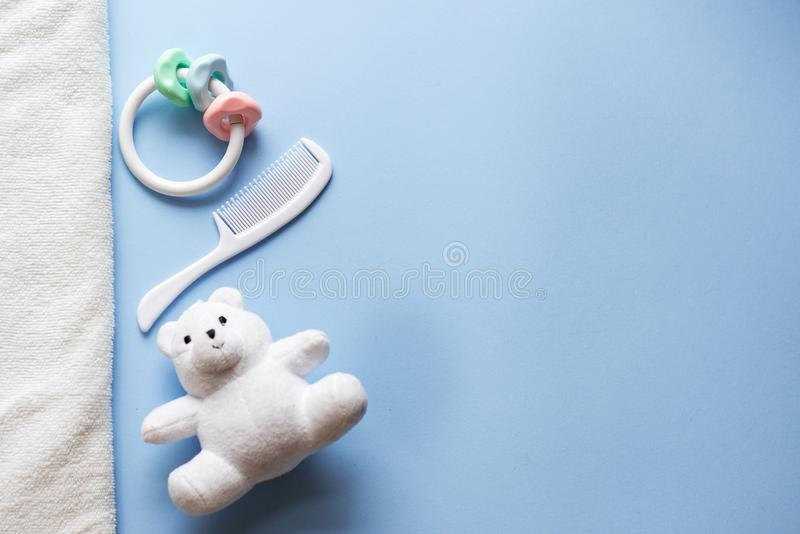 Babyspielwaren auf blauem Hintergrund mit Kopienraum Flache Lage stockfoto
