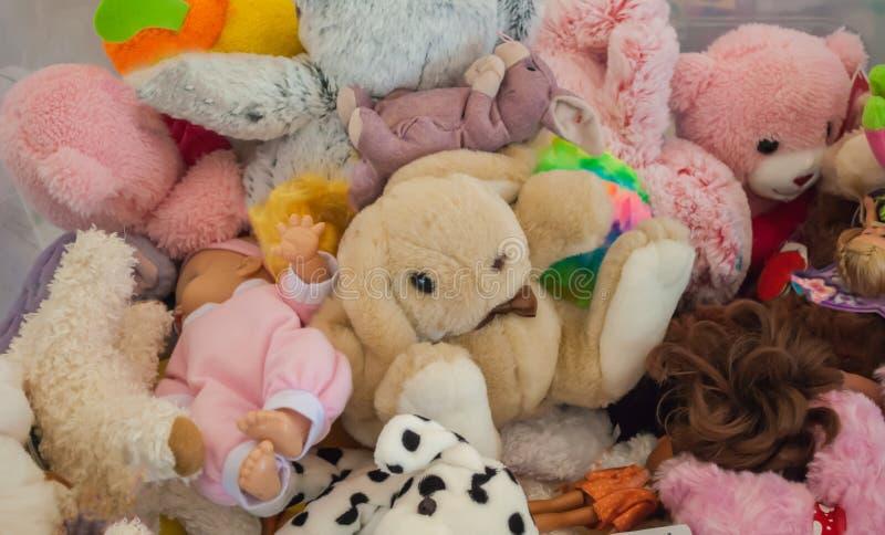 Babyspielwaren, die in Wartekindern eines Kastens liegen lizenzfreie stockfotografie