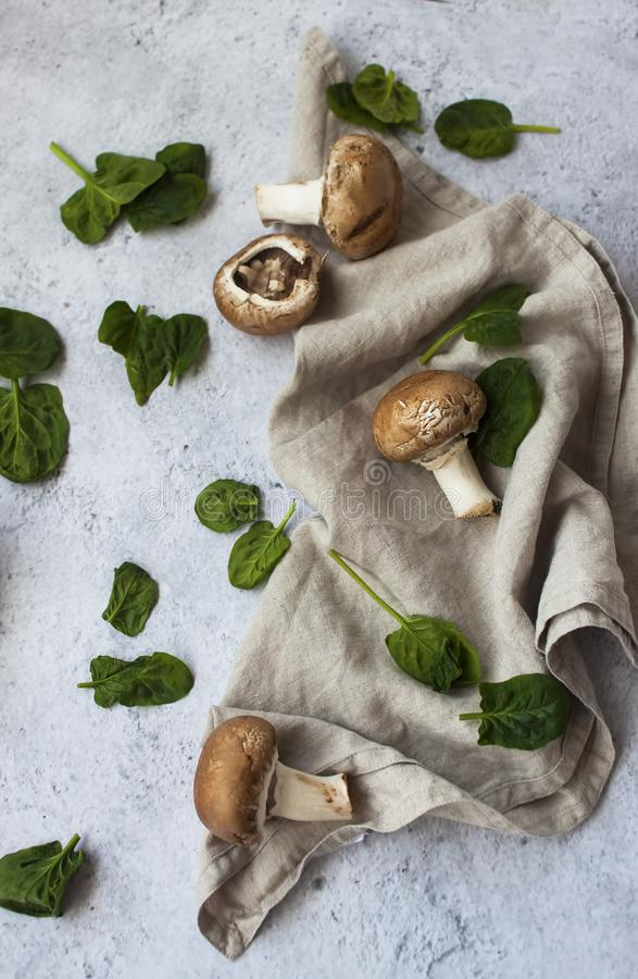 Babyspinat und braune Pilze lizenzfreies stockfoto