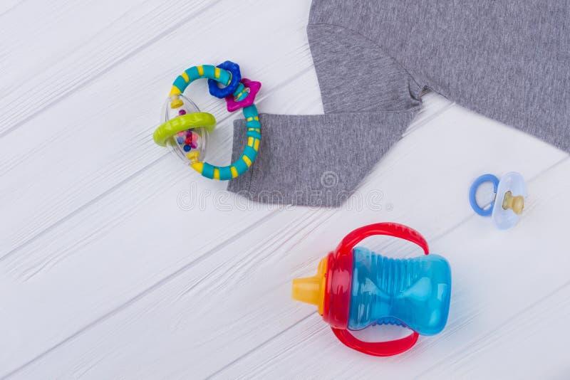 Babystoff und -spielwaren auf Holz stockfotografie