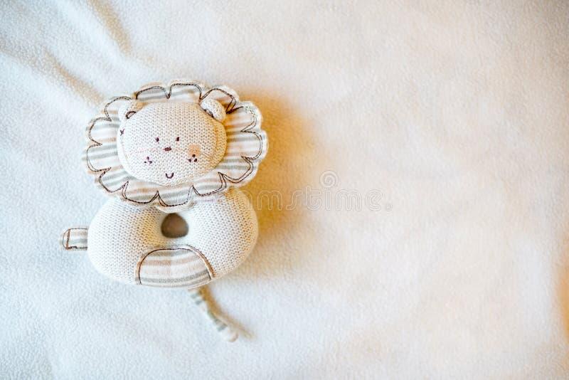 Babystuk speelgoed leeuw, lichte achtergrond met lege plaats voor tekst De ruimte van het exemplaar Hoogste mening royalty-vrije stock afbeelding