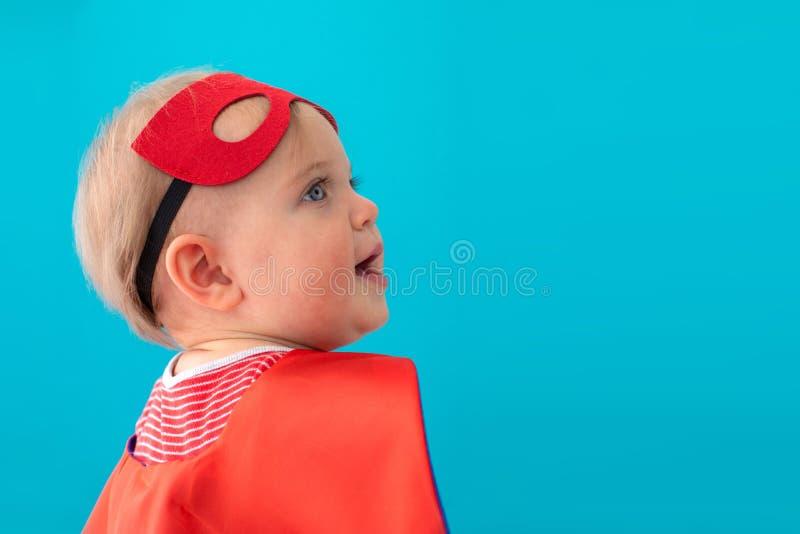 Babysuperhero die weg eruit zien royalty-vrije stock afbeelding