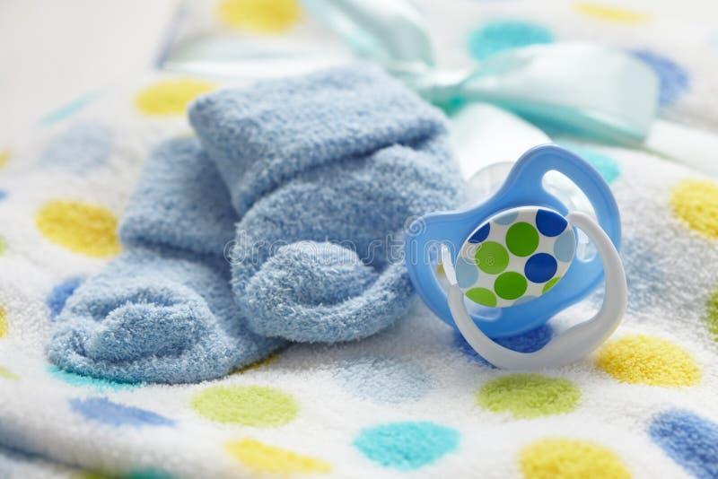 Babyuitzet voor pasgeboren babyjongen stock foto