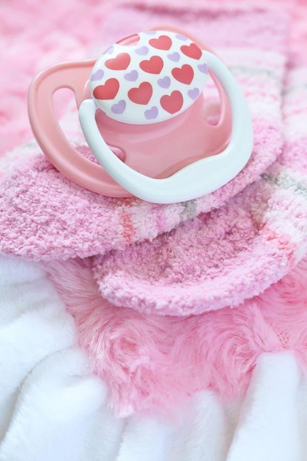 Babyutstyrseln för nyfött behandla som ett barn flickan royaltyfri bild