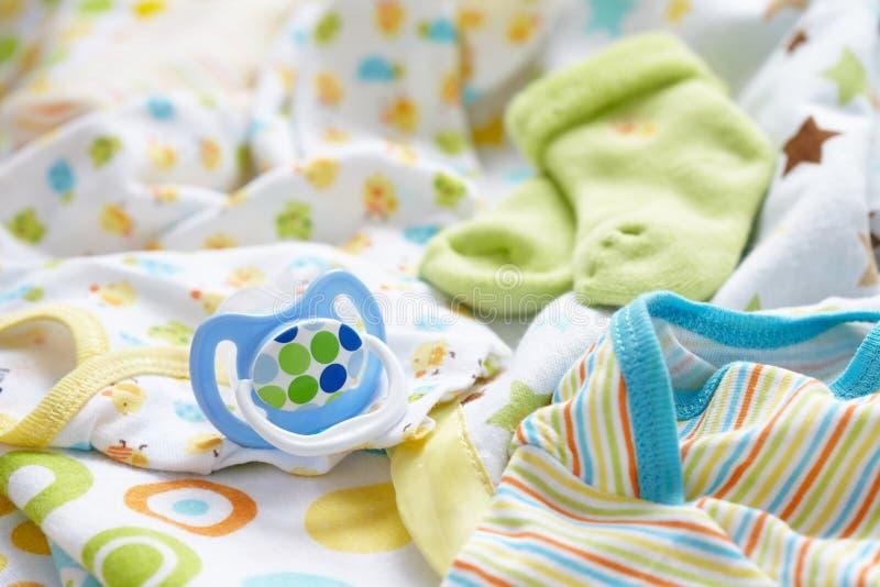Babyutstyrseln för nyfött behandla som ett barn pojken royaltyfri bild