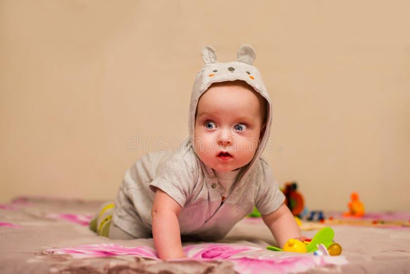 Babyversuche zu kriechen stockfotos