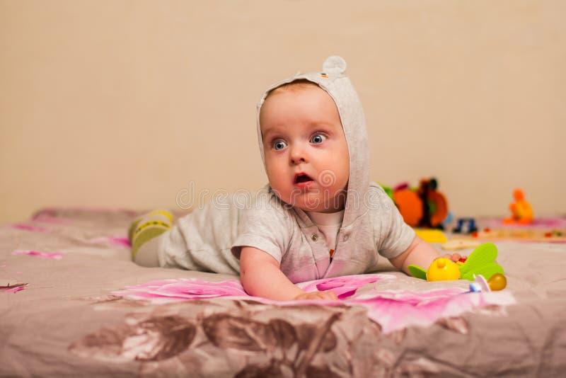 Babyversuche zu kriechen lizenzfreie stockfotografie