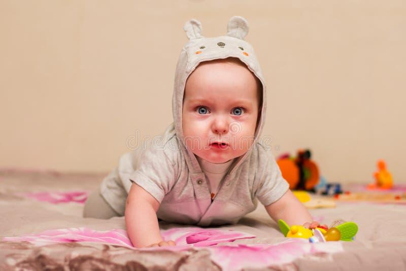 Babyversuche zu kriechen stockfotografie