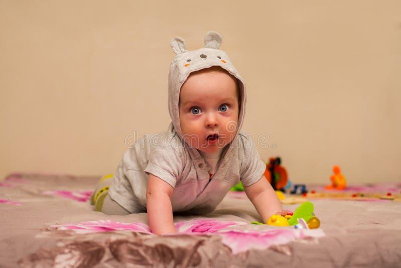Babyversuche zu kriechen stockbild