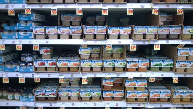 Babyvoedsel het verkopen bij supermarkt stock foto
