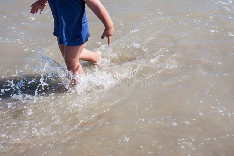 Babyvoeten die op zandstrand Italië lopen stock fotografie