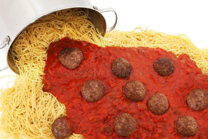 Bac de nouilles de spaghetti avec les boulettes de viande et la sauce photographie stock