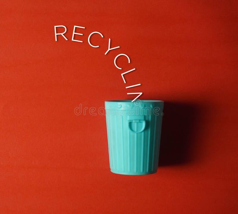 bac de recyclage avec ce mot écrit photos libres de droits