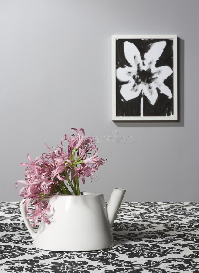 Bac de thé utilisé comme vase photographie stock