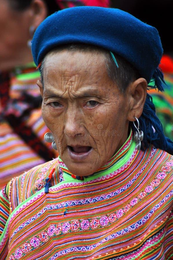 Fiorisca la donna nel mercato di BAC ha, Vietnam di minoranza di H'mong fotografia stock libera da diritti