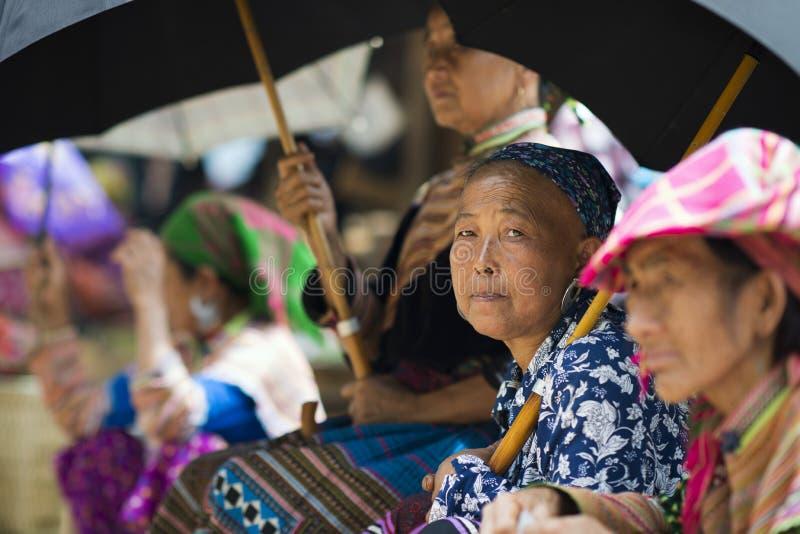 Bac Ha Sapa, Vietnam - 08 17 2014: Färgrika etniska blommaHmong kvinnor på Bac Ha Market Etnisk minoritetsgrupp för blommaH-'mong arkivfoto