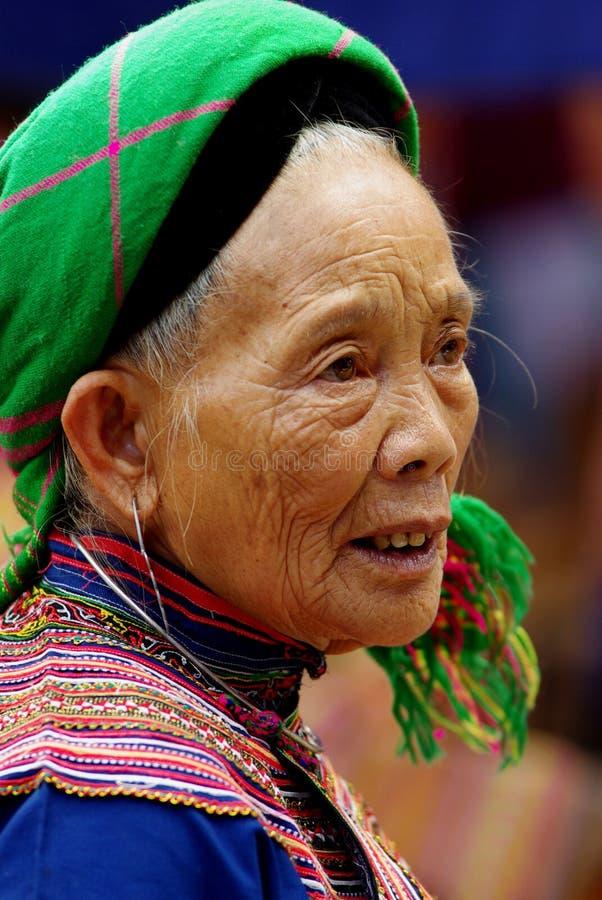 BAC HA, VIETNAM - 11 SEP: Niet geïdentificeerde vrouw van de bloem H'mong royalty-vrije stock foto