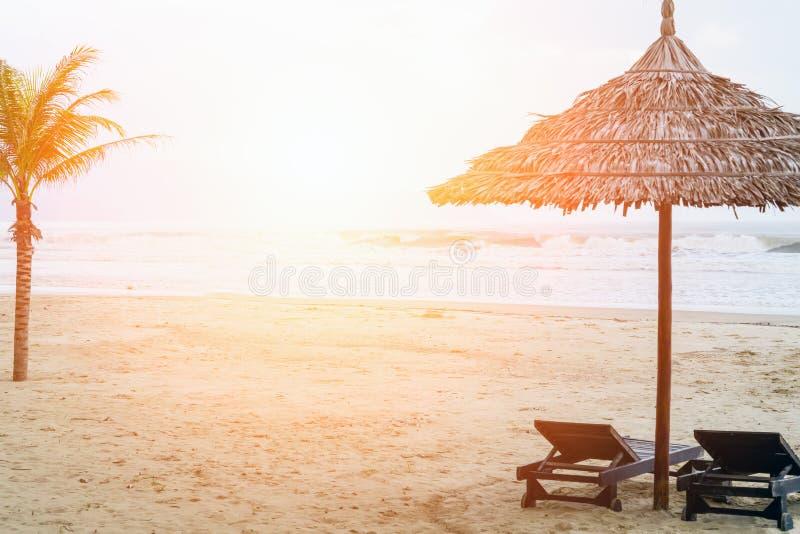 Bac My An Beach no guarda-chuva de sol do nascer do sol e na praia bonita da areia fotografia de stock