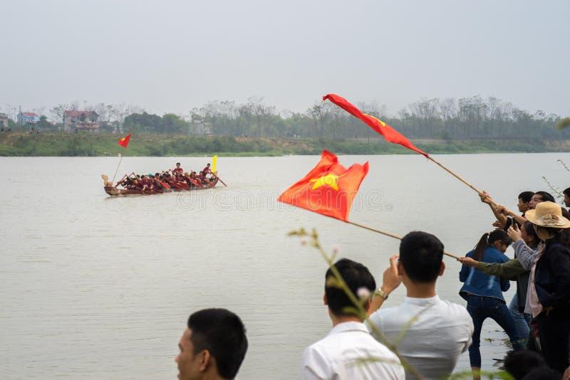Bac Ninh, Вьетнам - 7-ое февраля 2017: Веселя аудитории на традиционном фестивале весны гонок шлюпки на провинция реке Cau, Bac N стоковые изображения rf