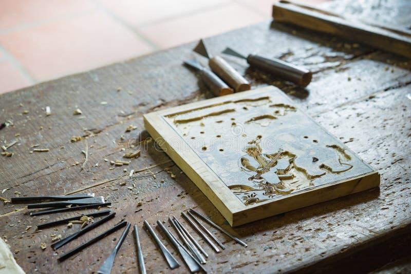 Bac Ninh, Vietnam - 9 Sep, 2015: Het houten schilderen wordt gemaakt in workshop door vakman in volks het schilderen van Dong Ho  royalty-vrije stock afbeelding