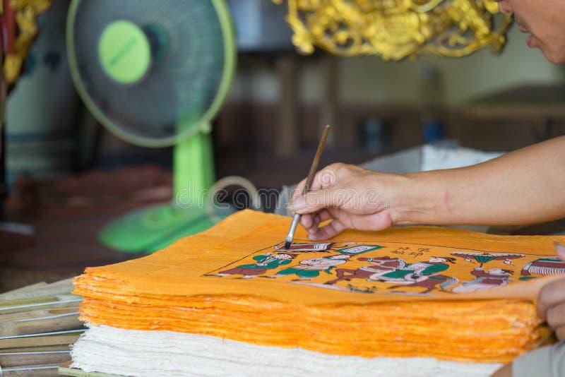 Bac Ninh, Vietnam - 9 Sep, 2015: Het schilderen wordt gemaakt in workshop door vakman in volks het schilderen van Dong Ho dorp royalty-vrije stock fotografie