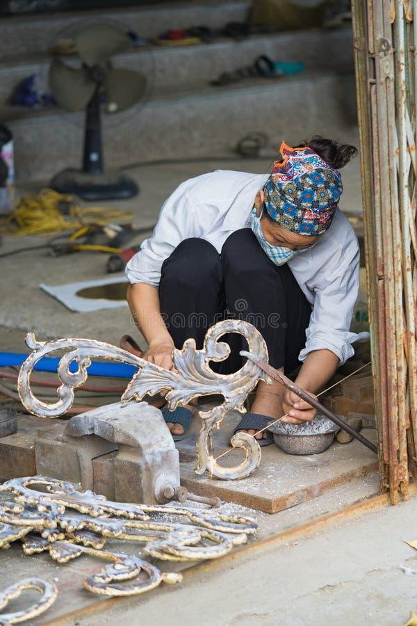 Bac Ninh Vietnam - September 9, 2015: Kopparhemslöjd- och konstprodukter göras manuellt av kvinnaarbetaren i den Dai Bai traditie royaltyfri foto