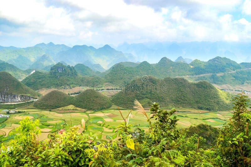 Bac Son-Tal mit Reisfeld in der Erntezeit, Lang Son-Provinz, Vietnam lizenzfreie stockfotos