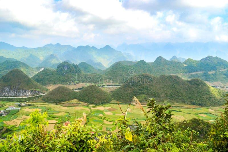Bac Son-Tal mit Reisfeld in der Erntezeit, Lang Son-Provinz, Vietnam stockbild