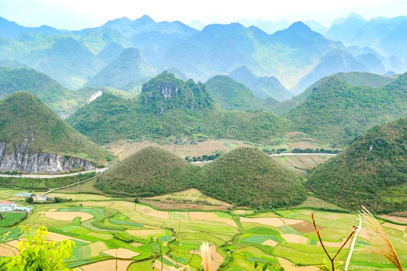 Bac Son-Tal mit Reisfeld in der Erntezeit, Lang Son-Provinz, Vietnam lizenzfreies stockfoto