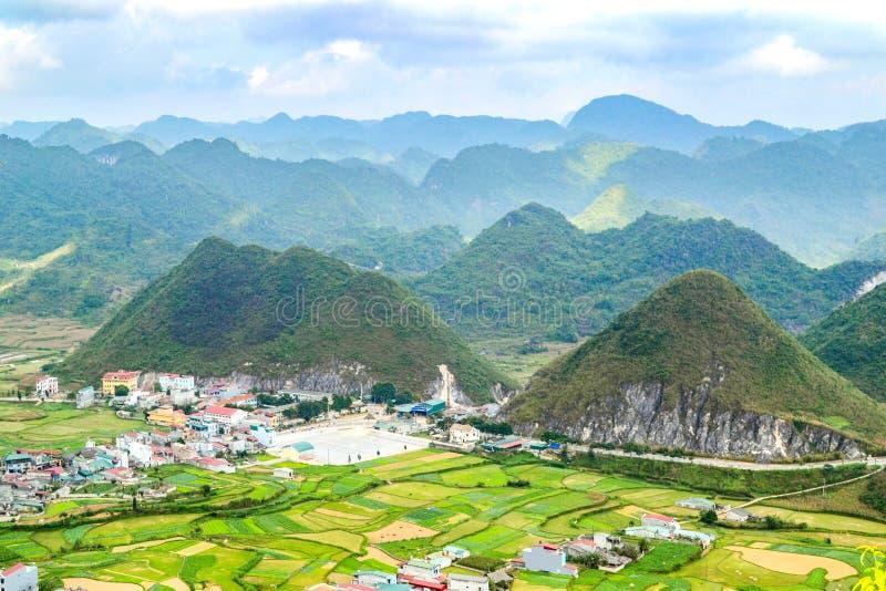 Bac Son-Tal mit Reisfeld in der Erntezeit, Lang Son-Provinz, Vietnam lizenzfreie stockfotografie