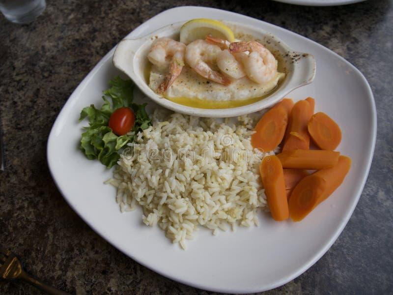 Bacalhau de Ling com camarão para o jantar 23 de junho de 2018 imagem de stock