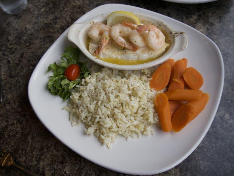 Bacalhau de Ling com camarão para o jantar 23 de junho de 2018 imagens de stock