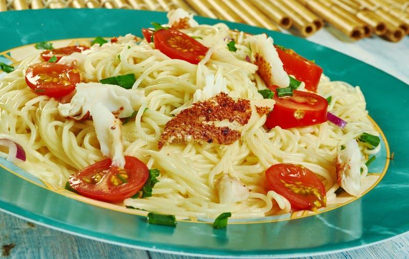 Bacalhau puttanesca com espaguete imagem de stock
