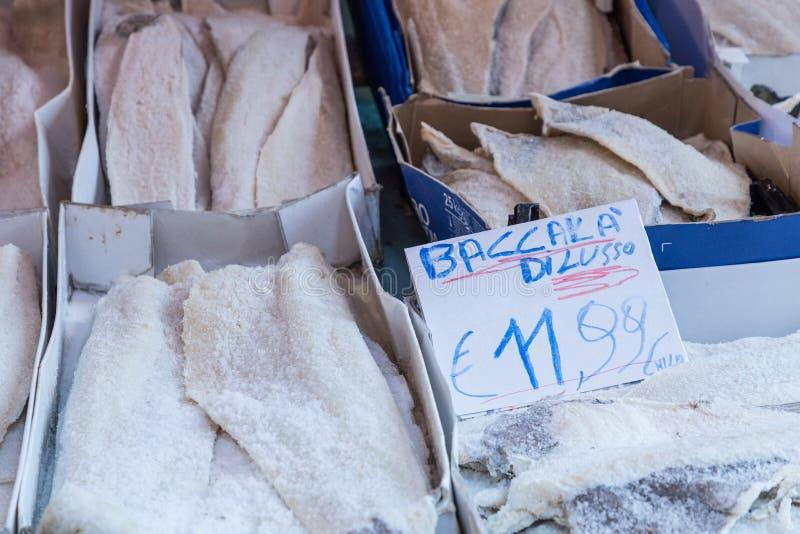 Bacalhau salgado secado dos peixes de bacalhau no mercado tradicional em Palermo foto de stock royalty free