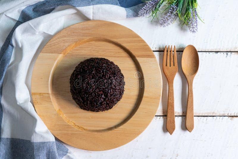 Bacca cotta a vapore del riso in piatto di legno su fondo di legno bianco immagine stock libera da diritti