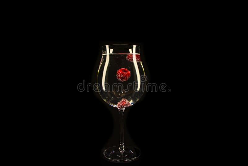 Bacche del lampone con le bolle in un vetro fotografie stock