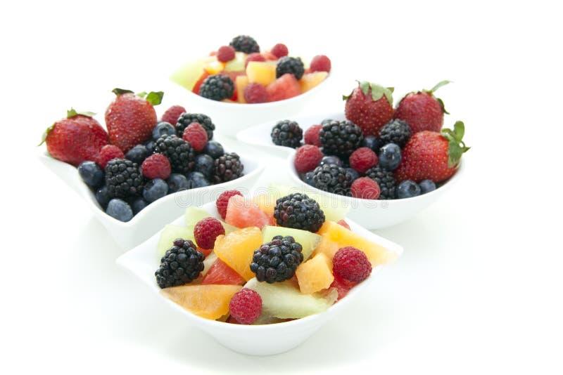 Bacche e frutta in ciotole fotografia stock libera da diritti