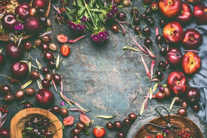 Bacche e frutti di estate: fragole, pesche, prugne, ciliege, uva spina, uva passa sul fondo rustico del tavolo da cucina fotografia stock libera da diritti