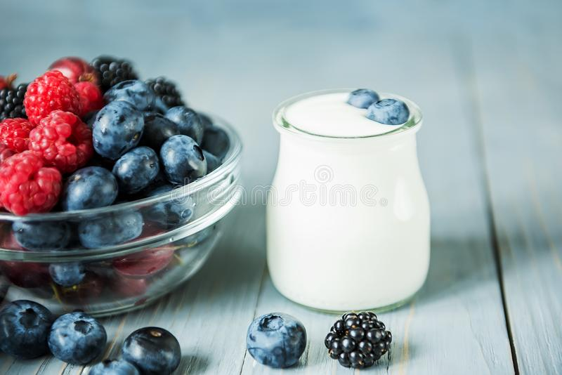 Bacche e yogurt differenti L'alimento sano giusto immagine stock