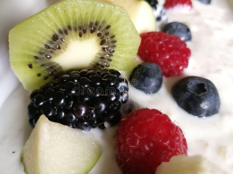 Bacche fresche della miscela del kiwi fresco dei yogurt, alto sul posto e vicino fotografie stock