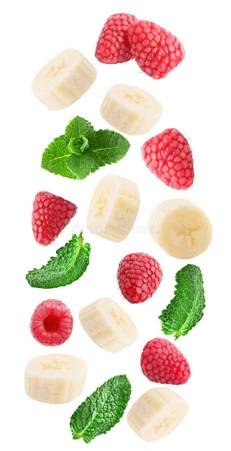 Bacche fresche di caduta con la menta e la banana isolate su bianco fotografia stock