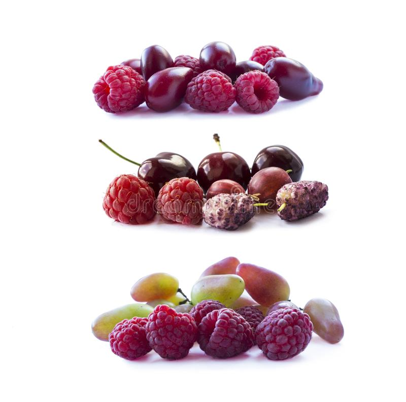 Bacche rosa isolate su fondo bianco Lamponi, ciliege, gelsi, uva spina ed uva maturi immagini stock