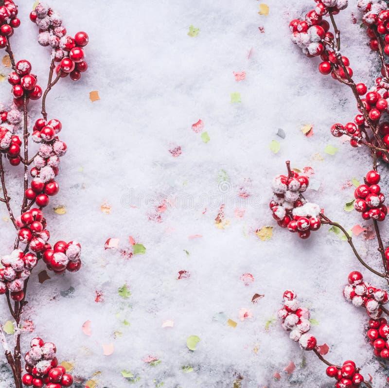 Bacche rosse congelate sullo sfondo della neve Layout invernale e natalizio Piatto Copia spazio immagini stock libere da diritti