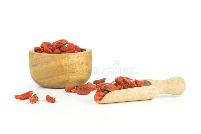 Bacche rosse secche di goji isolate su bianco immagini stock