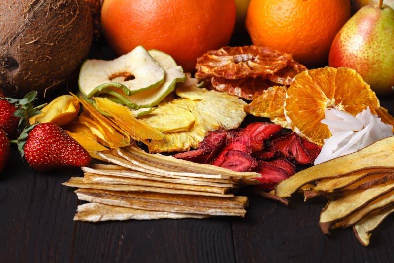 Bacche secche casalinghe e frutti, raccolto per l'inverno: apric fotografie stock